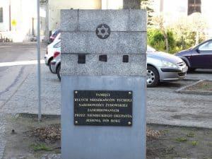 Tablica pamiątkowa w miejscu dawnej bożnicy w Tucholi (ul. Zamkowa)