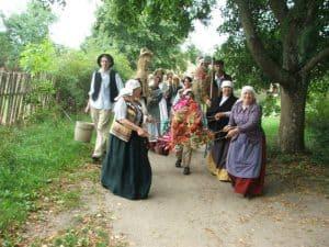 Zbiór ziół we wdzydzkim skansenie - źródło: http://www.na-kaszuby.pl