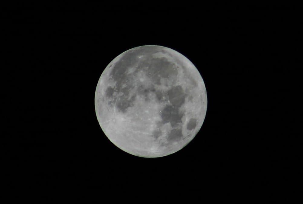 Skąd wzięły się plamy na księżycu?