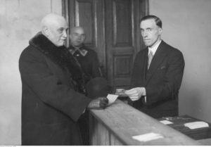 Wybory do Sejmu w 1930 roku w Warszawie. Minister rolnictwa Leon Janta-Połczyński podczas głosowania - źródło: Narodowe Archiwum Cyfrowe